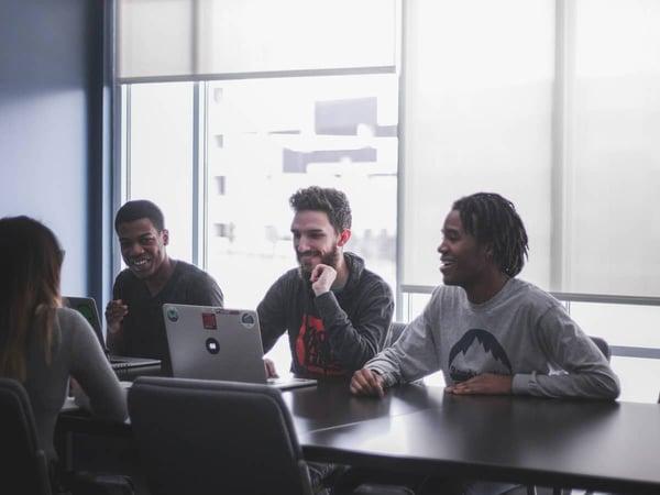 jóvenes con contrato de formación en la empresa
