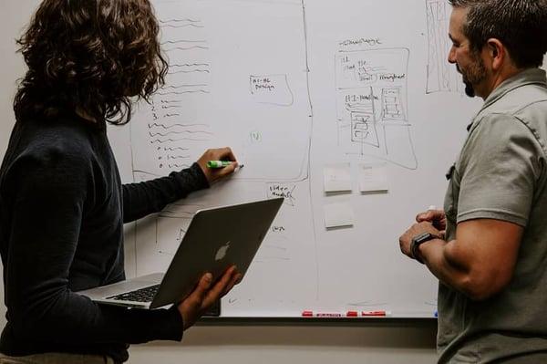 empleados diseñando el plan de capacitación de los empleados